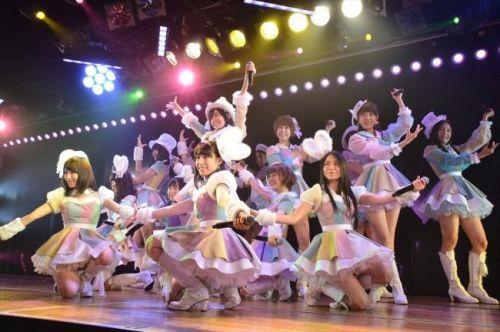 AKB48メンバーがコンサートや劇場でパンチラしちゃうお宝エロ画像 51枚 No.9