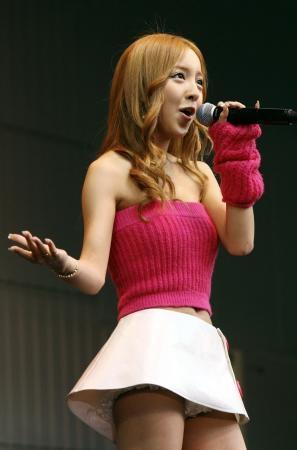 AKB48メンバーがコンサートや劇場でパンチラしちゃうお宝エロ画像 51枚 No.18