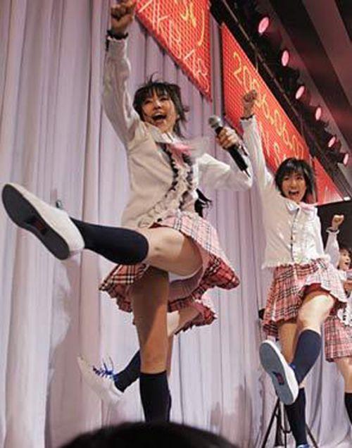 AKB48メンバーがコンサートや劇場でパンチラしちゃうお宝エロ画像 51枚 No.25