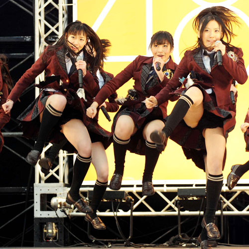 AKB48メンバーがコンサートや劇場でパンチラしちゃうお宝エロ画像 51枚 No.38