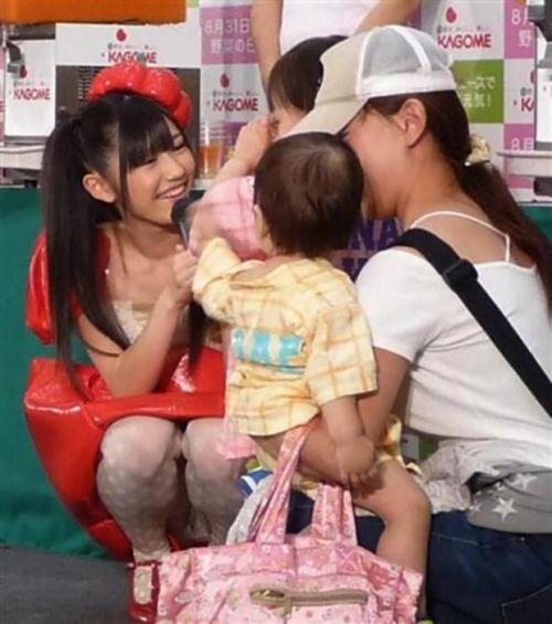 AKB48メンバーがコンサートや劇場でパンチラしちゃうお宝エロ画像 51枚 No.48