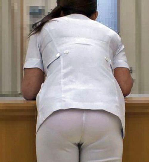 パンティの柄まで透けちゃうナース服を着た看護師を盗撮したエロ画像 32枚 No.15