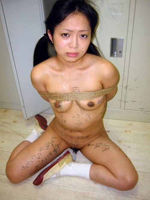 【画像】落書き肉便器なドM女をロープで緊縛して調教した時の達成感www 36枚 No.32
