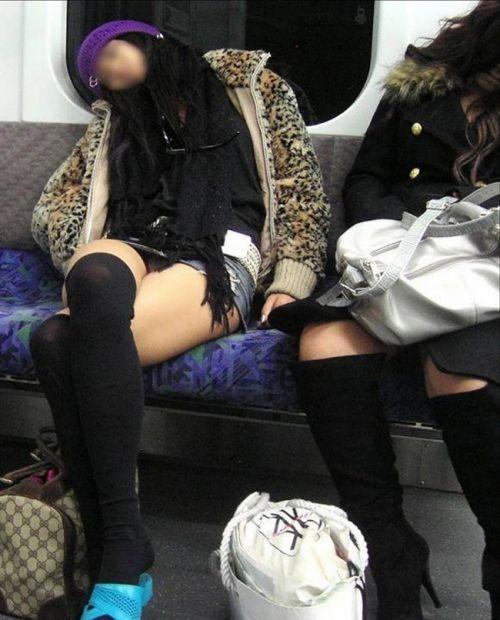 【画像】ニーソックスを履いて足組みしてるお姉さんの絶対領域のエロスwww 35枚 No.8