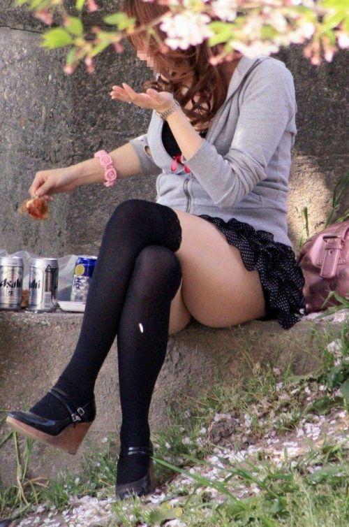 【画像】ニーソックスを履いて足組みしてるお姉さんの絶対領域のエロスwww 35枚 No.9