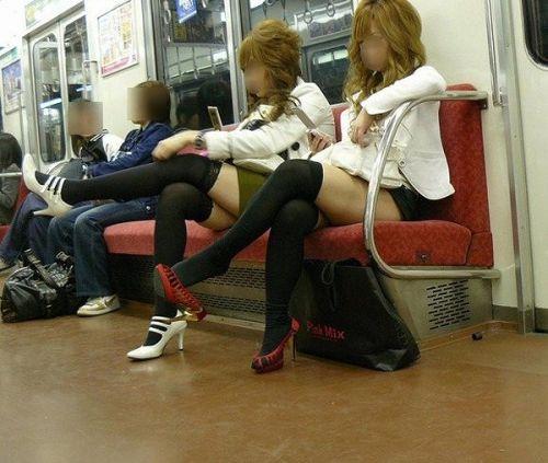 【画像】ニーソックスを履いて足組みしてるお姉さんの絶対領域のエロスwww 35枚 No.16