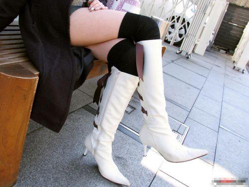 【画像】ニーソックスを履いて足組みしてるお姉さんの絶対領域のエロスwww 35枚 No.24