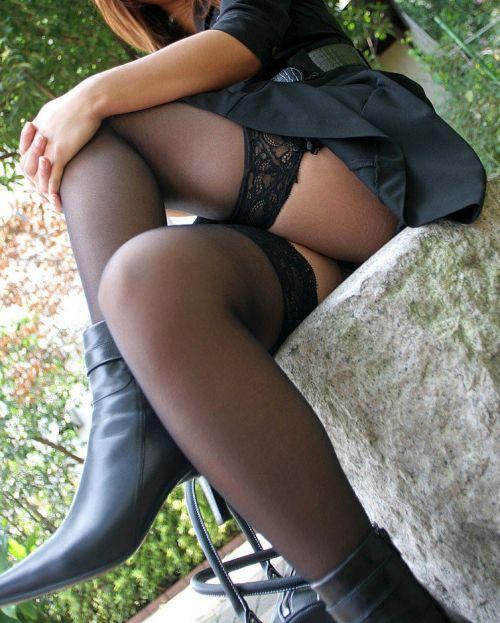 【画像】ニーソックスを履いて足組みしてるお姉さんの絶対領域のエロスwww 35枚 No.28