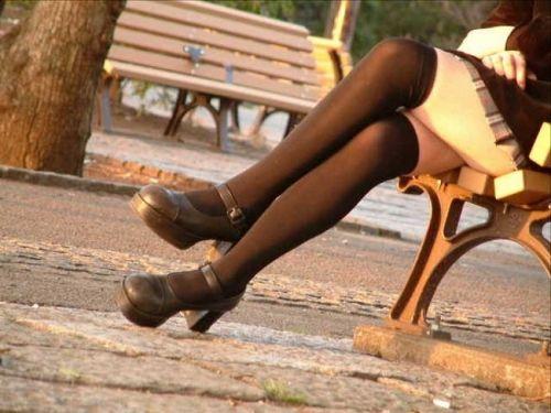 【画像】ニーソックスを履いて足組みしてるお姉さんの絶対領域のエロスwww 35枚 No.30