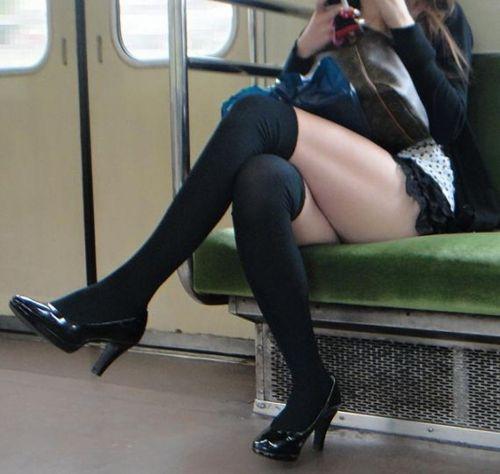 【画像】ニーソックスを履いて足組みしてるお姉さんの絶対領域のエロスwww 35枚 No.35