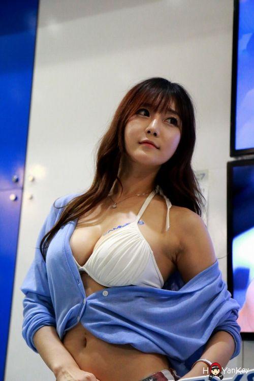 【画像】韓国のレースクィーンやキャンギャルの胸の谷間エロ過ぎて即保存したったwww 37枚 No.20