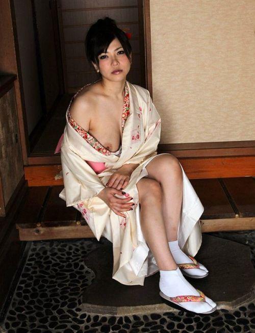 着物が乱れた和服美女がエロい目線で誘惑してくるエロ画像 33枚 No.12