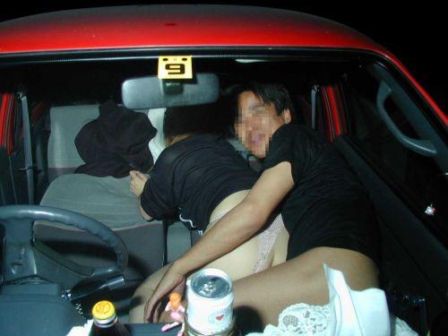 【画像】カーセックスをフラッシュ盗撮された時のカップルの反応www 36枚 No.1