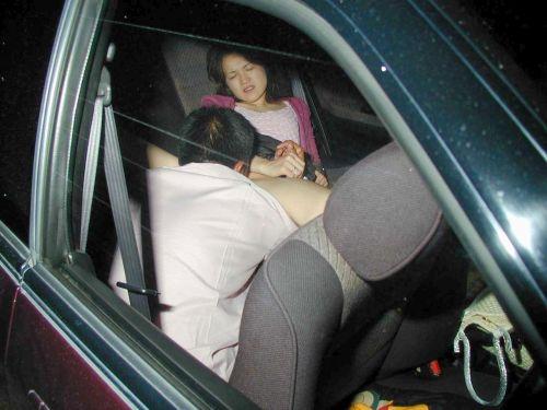 【画像】カーセックスをフラッシュ盗撮された時のカップルの反応www 36枚 No.3