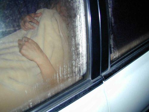 【画像】カーセックスをフラッシュ盗撮された時のカップルの反応www 36枚 No.24