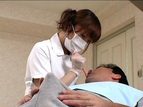 歯科衛生士が診察室で授乳サービスやフェラをしてくれるエロ画像 35枚 No.5