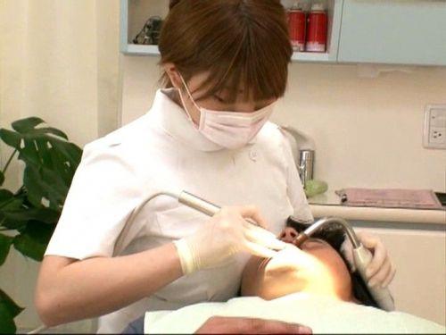 歯科衛生士が診察室で授乳サービスやフェラをしてくれるエロ画像 35枚 No.11