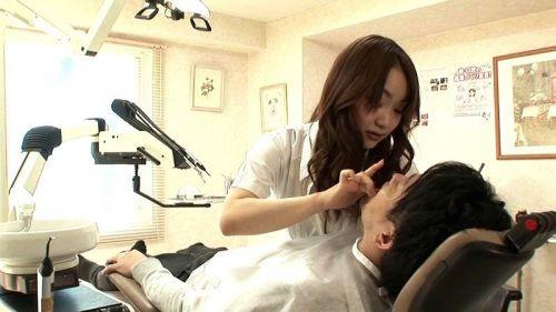 歯科衛生士が診察室で授乳サービスやフェラをしてくれるエロ画像 35枚 No.14