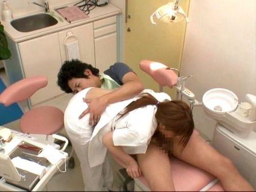 歯科衛生士が診察室で授乳サービスやフェラをしてくれるエロ画像 35枚 No.21