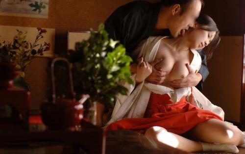 【画像】ノーパンノーブラがデフォルトの巫女装束女子がエロ過ぎwww 33枚 No.2