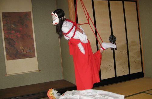 【画像】ノーパンノーブラがデフォルトの巫女装束女子がエロ過ぎwww 33枚 No.23