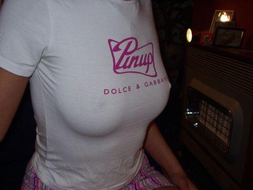 ノーブラで乳首ポッチしちゃってる乳首ビンビンなお姉さんのエロ画像 34枚 No.4