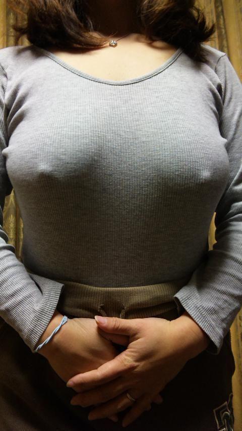 ノーブラで乳首ポッチしちゃってる乳首ビンビンなお姉さんのエロ画像 34枚 No.13