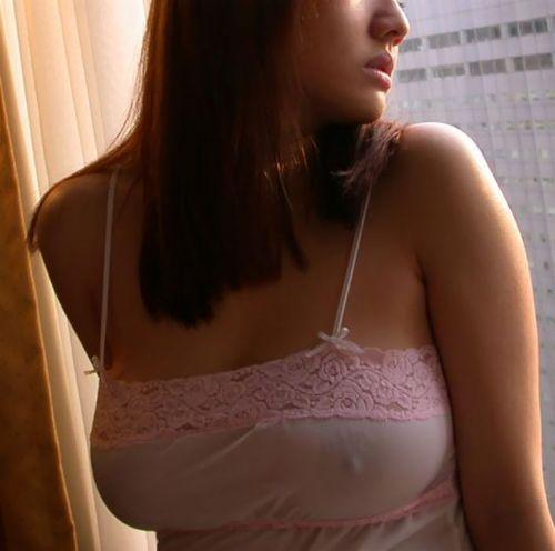 ノーブラで乳首ポッチしちゃってる乳首ビンビンなお姉さんのエロ画像 34枚 No.15