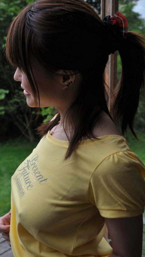ノーブラで乳首ポッチしちゃってる乳首ビンビンなお姉さんのエロ画像 34枚 No.18