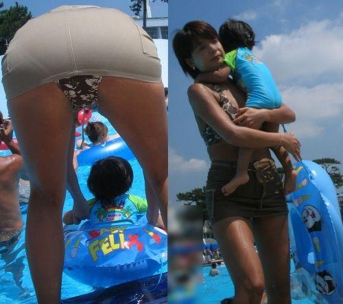 プールや海に子供を連れてきたママ達の無防備なお尻のエロ画像 34枚 No.10