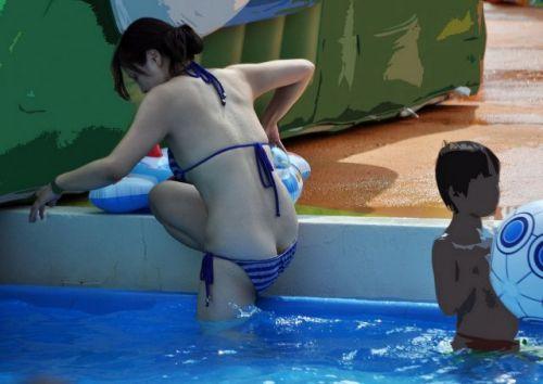 プールや海に子供を連れてきたママ達の無防備なお尻のエロ画像 34枚 No.17