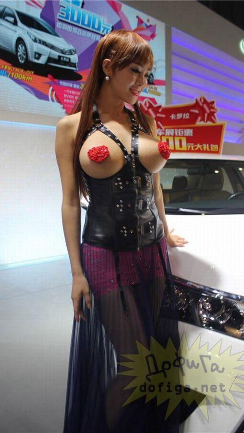 【画像】外国人キャンペーンガールがおっぱい丸出しの半裸でサービス♪サービス♪ 31枚 No.3
