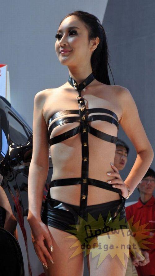 【画像】外国人キャンペーンガールがおっぱい丸出しの半裸でサービス♪サービス♪ 31枚 No.8