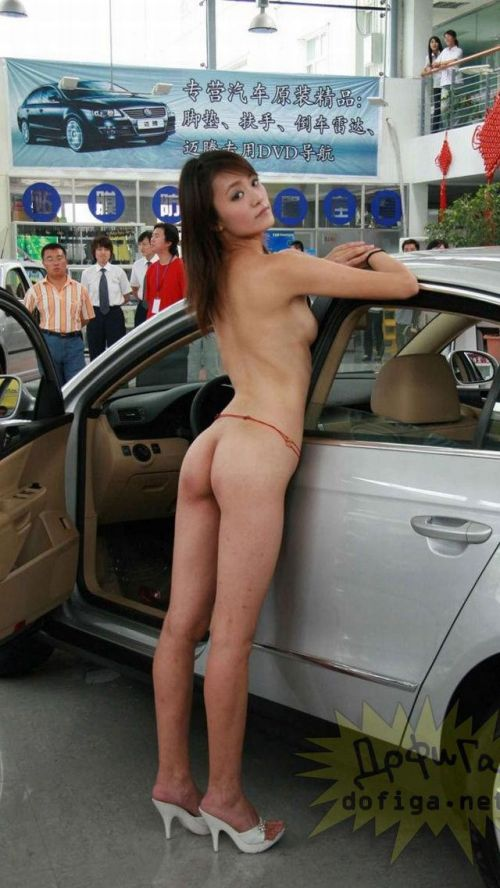 【画像】外国人キャンペーンガールがおっぱい丸出しの半裸でサービス♪サービス♪ 31枚 No.10