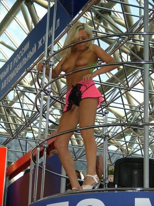 【画像】外国人キャンペーンガールがおっぱい丸出しの半裸でサービス♪サービス♪ 31枚 No.16