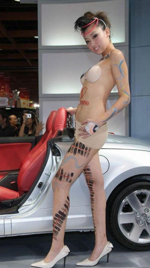 【画像】外国人キャンペーンガールがおっぱい丸出しの半裸でサービス♪サービス♪ 31枚 No.18