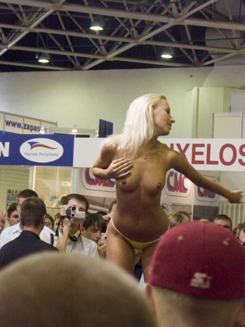 【画像】外国人キャンペーンガールがおっぱい丸出しの半裸でサービス♪サービス♪ 31枚 No.22