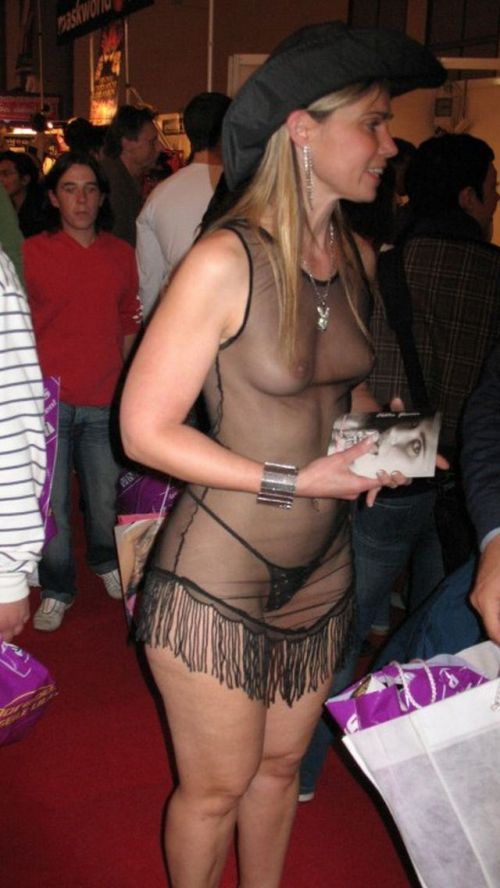 【画像】外国人キャンペーンガールがおっぱい丸出しの半裸でサービス♪サービス♪ 31枚 No.24