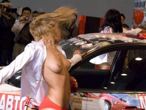 【画像】外国人キャンペーンガールがおっぱい丸出しの半裸でサービス♪サービス♪ 31枚 No.27