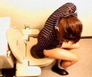 CAさんが和式トイレでM字開脚で排泄シーンを盗撮した結果www 47枚 No.8
