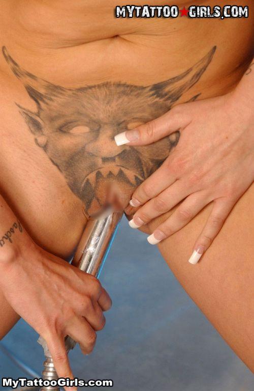 アートなタトゥー・刺青マンコを見せつける女の子のエロ画像 33枚 No.16