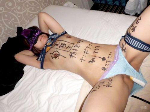 体中に落書きされたドM肉便器女性にチンコやディルドを突っ込むエロ画像 31枚 No.9