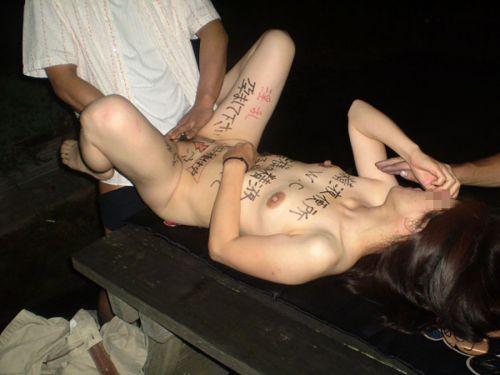 体中に落書きされたドM肉便器女性にチンコやディルドを突っ込むエロ画像 31枚 No.27