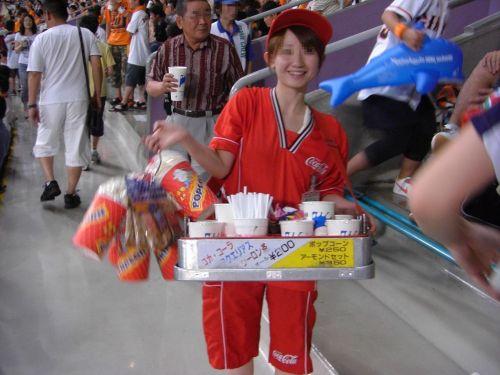 【即バボ】プロ野球場のビール売り子の笑顔が可愛いすぎwww 38枚 No.1