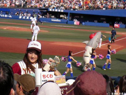 【即バボ】プロ野球場のビール売り子の笑顔が可愛いすぎwww 38枚 No.5