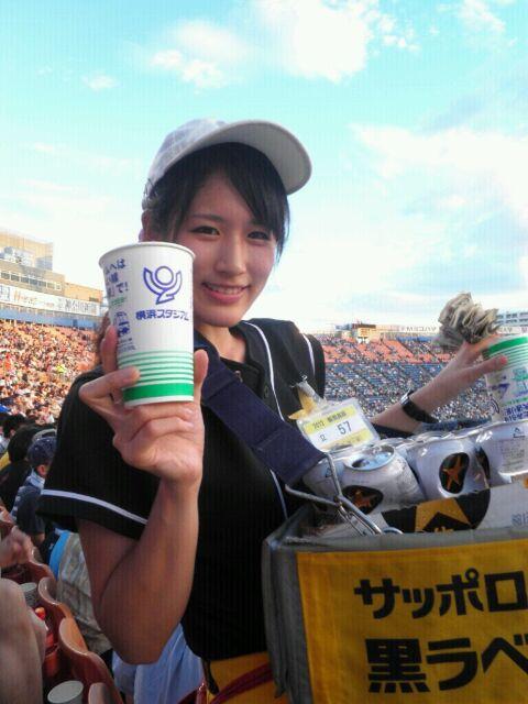 【即バボ】プロ野球場のビール売り子の笑顔が可愛いすぎwww 38枚 No.6