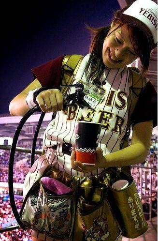 【即バボ】プロ野球場のビール売り子の笑顔が可愛いすぎwww 38枚 No.7
