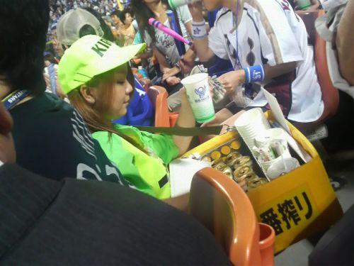 【即バボ】プロ野球場のビール売り子の笑顔が可愛いすぎwww 38枚 No.12