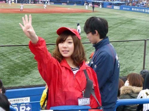 【即バボ】プロ野球場のビール売り子の笑顔が可愛いすぎwww 38枚 No.20