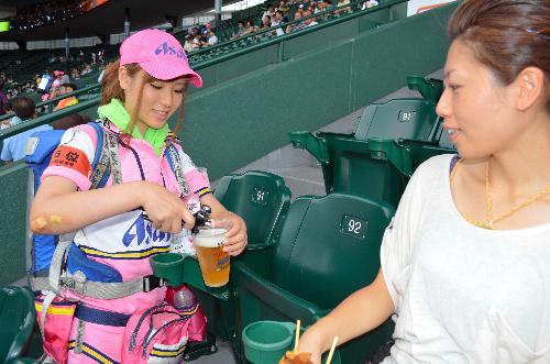 【即バボ】プロ野球場のビール売り子の笑顔が可愛いすぎwww 38枚 No.22